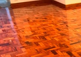 Aplicação de verniz em pisos