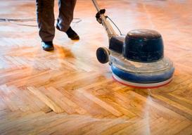 Serviço de aplicação de resina em piso de madeira