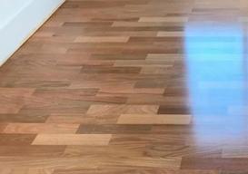 Serviço de aplicação de verniz em piso de madeira